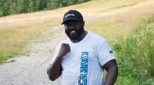 Kennedy Katende bor just nu hemma i Sundsvall, några veckor innan match åker han till New York för att förbereda sig.