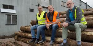 Thomas Björklund, styrelseordförande, Björn Axelsson, vd och Stefan Graaf, produktionchef, leder Balungstrands sågverk.