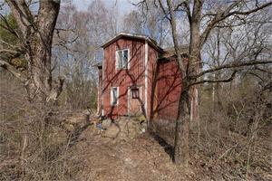 Hus med lantligt läge – men med stort renoveringsbehov.  Foto: Linslusen.