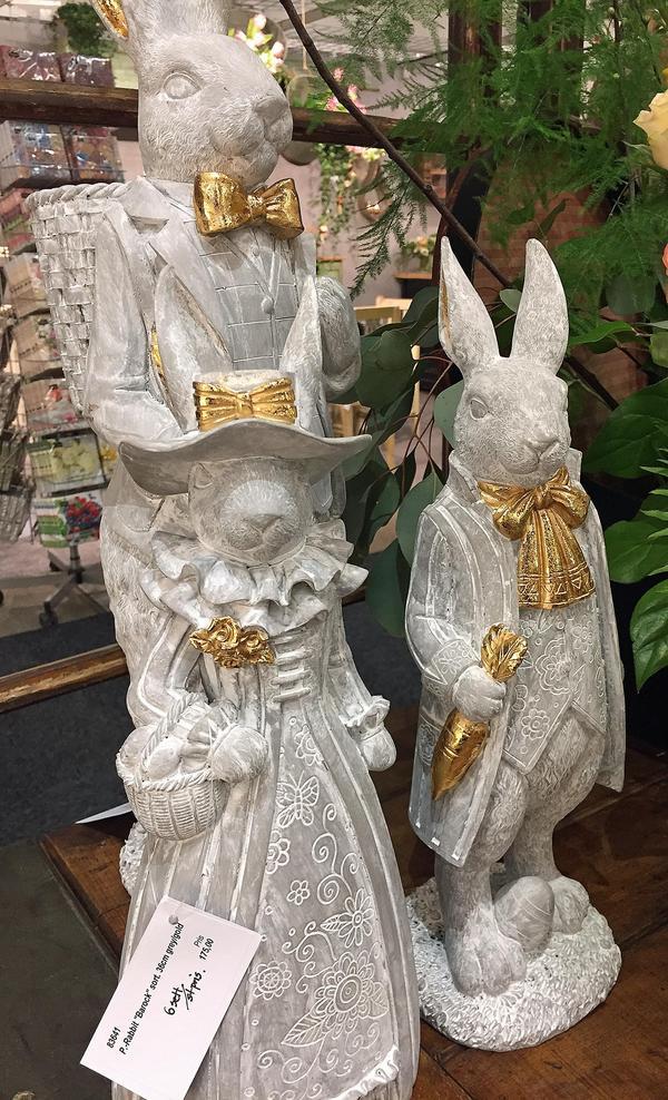 Visst är det lite Beatrix Potter över de här söta kaninerna med gulddetaljer.  Cirka 500 kronor styck.