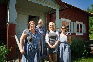 Carina Höglund, Gertrud Germeys, Carina Fahlström från Arbetsmarknadsenheten på Hedemora kommun och Ann-Britt Ölund. Tillsammans med Aleksandra Nikolic och tolv feriearbetande ungdomar ska de driva Gammelgården över sommaren.