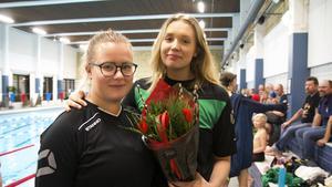 I december 2018 delades ett första pris ut till Tova Mobergs minne. Julia Andersson, till höger, var den första att få priset. Till vänster Alva Persson, simledare och engagerad inom föreningen.