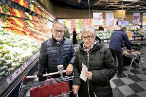 Bo och Margareta Knutsson berättar att de brukar handla på tisdagarna.