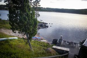 Strandskyddet gäller vid alla vattendrag, man kan dock ansöka om dispens hos kommunen och upphävning hos länsstyrelsen.