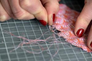 Dra bort de längsgående trådarna med hjälp av en nål.Foto: Janerik Henriksson / TT