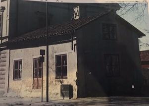 När huset byggdes vid infarten till Arboga på 1600-talet var det en tullstuga. Under tidigt 1900-tal var det bostad för kusken på Arboga Glasbruk och i mitten av 1900-talet gjordes den om till kiosk.