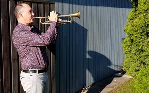 """Processen när man spelar trumpet är att man blåser på läpparna så att de vibrerar. Peter Asplund berättar hur han gör för att få fram ett """"stort ljud""""."""