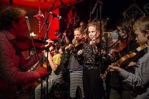 Först ut i årets Folkmusiknatta var DUS & Konservatoriets spelmanslag.
