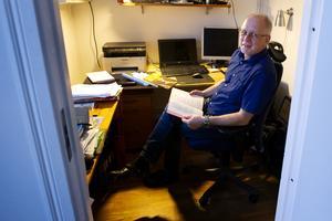 Tony Olsson lägger ned åtskilliga timmar på kontoret i hemmet till studier.