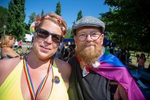 Den blivande Gävlebon och författaren Mirja Johanna och Vänsterpartiets ordförande från Säter Thomas Sjöberg deltog helhjärtat i paraden.