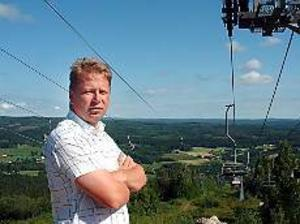 Foto:SOFIA ÖHLANDER Vinterkung mitt i sommaren. Kungsbergets vd, Jonas Lundblad, överger inte sitt berg, ens på sommaren. Men tillvaron är betydligt lugnare. Och Kungsberget lockar även besökare mitt i juli.