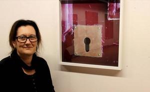 Pamela Törn Skoglund har i sina fotografier på Kvarnen koncentrerat sig på de små detaljerna, som ett nyckelhål. Petitesser heter hennes verk där former, skuggor och färger koncentrerats.