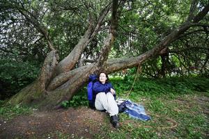 Denise Fahlander vaktar inte längre trädet själv, men tittar förbi ibland för att ge support.   – De som bor närmare klarar av det där så bra själva, säger hon. (Bilden togs för ett år sedan.)