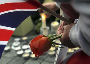 Måndagen den 5 juni tände man ljus i Potter's Field Park efter lördagens terrordåd vid London Bridge.