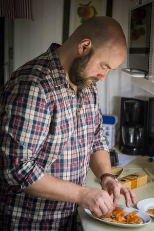 Daniel stortrivs i köket och spenderar mycket tid där.