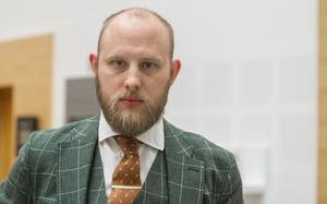 – Min klient har inte varit på platsen. De tilltalade är släkt med varandra och har liknande utseende och jag menar att vittnen blandar ihop dem, säger advokat Johan Grahn.