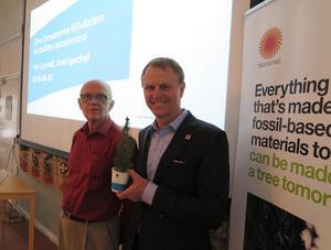 Från vänster: Rolf Qvarfort, ordförande, Aktiespararna Avesta och Per Lyrvall, Sverigechef, Stora Enso.