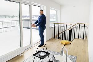 Kenneth Svelander i tornrummet i en av de osålda lägenheterna i huset.