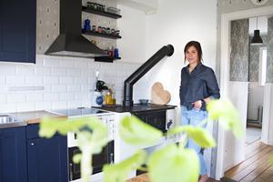 De vita köksluckorna har Felicia målat mörkblå.