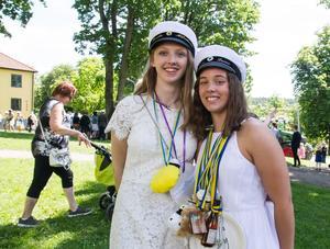 Kompisarna Smila Alfredsson och Nora Laine minglade i parken.