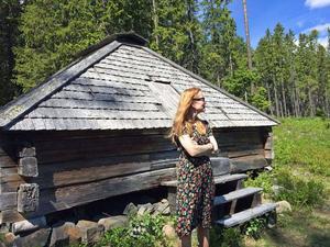 I väntan på flytt från skogssamevistet på Murberget. Jenny Samuelsson står framför Malåkåtan som ska repatrieras till Lappland.