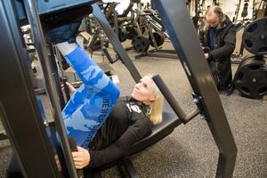 Margrete Lundgren demonstrerar den nya benmaskinen.