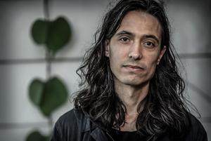 Jonas Hassen Khemiri skrev texten som öppnade dammluckan för vänsterns rasbiologiska tankar, menar författarna.Foto: Staffan Löwstedt / SvD / TT