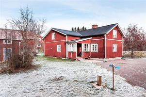 Välrenoverad villa med gårdshus och bagarstuga. Foto: Kristofer Skog.