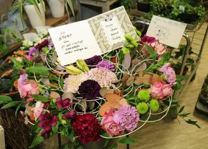 Många vill tacka och lyckönska Margareta Nornholm när hon går i pension – med blommor förstås.