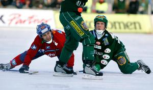 Petteri Lampinen i duell med Kalle Spjuth under SM-finalen mellan Edsbyn och Hammarby 2007. Foto: Claudio Bresciani (TT).