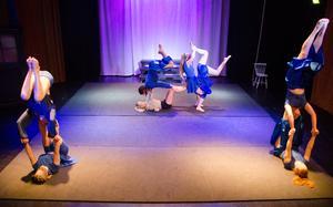 Blå är en central färg i föreställningen för att symbolisera det dåliga måendet som man ofta döljer för andra.