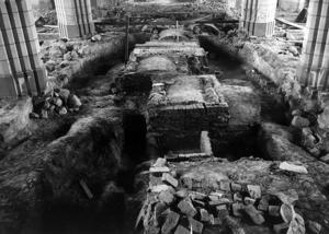 Golvet i Domkyrkan grävdes upp vid den stora arkeologiska undersökningen 1958. Många gravar öppnades. Allt mättes och fotograferades, men materialet analyserades aldrig. Foto: Västmanlands läns museum.
