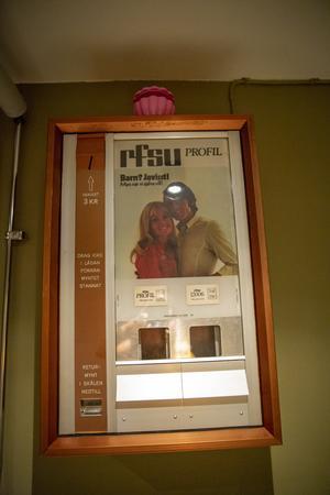 På väggen i toaletterna på nedervåningen sitter en kondomautomat, troligen en skojpresent till någon tidigare ägare.