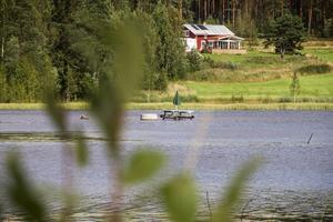 Delar av Åsbackaviken är så grund att bänkbord kan stå mitt ute i sjön.