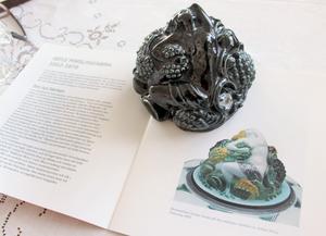 Baccantinnan av Arthur Percy är en knopp till locket på en skål för vinbål. Knoppen föreställer en kvinnlig deltagare i riter ägnade vinguden.