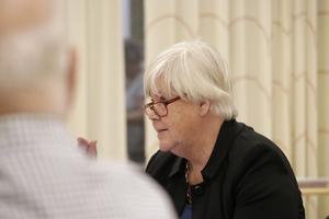 Birgitta Borg (L) anser att kommunstyrelsen ska stängas för allmänheten och att den politiska debatten ska föras i kommunfullmäktige.