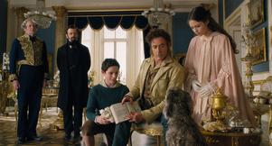 Dolittle (Robert Downey Jr) tar hjälp av en hund för att undersöka vad som har drabbat den dödssjuka drottningen i