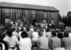 1986, 100 år efter hans födelse, restes en minnessten över folkmusikern och violinisten  Göran Olsson-Föllinger vid hembygdsgården i Föllinge. Han verkade som konsertviolinist i bland annat USA men ansågs även vara en av de främsta kännarna av norrländsk folkmusik. Många kom till hembygsgården  för att fira hans minne.