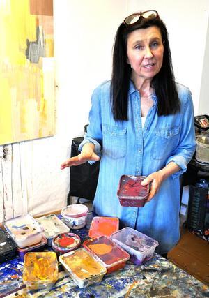 Åsa Peck visar hur hon blandar sina färger. Foto: Kristina Maria Mezei