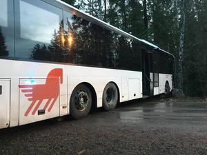 En buss krockade med en stolpe vid Olsbacka utanför Falun under onsdagsmorgonen. På platsen är det glansis.