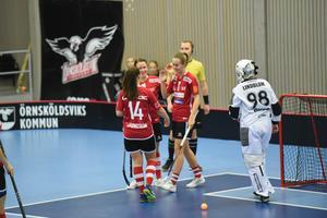 Sabrina Strandberg, Örnsköldsvik Innebandy, ÖIB, firar ett av sina två mål i matchen mot Pixbo i oktober.