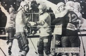 Sverige har precis vunnit premiärmatchen mot Sovjet i VM 1981. Segern med 6–1 räckte hela vägen till VM-guld. Ljusnan, måndag 9 februari 1981.