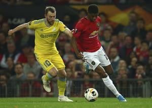Rúnar Sigurjónsson i duell med Manchester Uniteds Marcus Rashford. Bild: AP.