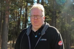 Mikael Larsson, idag 48 år, jobbar på Uppfinnaren i Teknikparken och har en egen affärsverksamhet vid namn Mr Info, men åren runt millenieskiftet rapporterade han om Sandvikens nöjesliv via sajten Sandviken online som han drev.