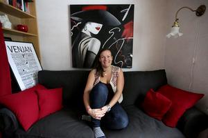Lina Nilsson hemma i sin soffa i huset i Venjan, där hon trivs lite för bra för att enkelt kunna flytta till Småland.