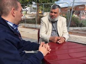Roger Haddad (L) och Intissar Al-Hassan ska se till att starta en dialog med de ungdomar på Bäckby som är kriminella eller i riskzonen för att bli det.