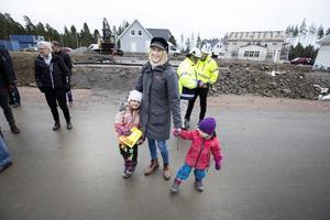 Lisa Allemo från Valbo och hennes sambo Tomas Aro från Karlholmsbruk har bott i Örebro i flera år. I vår flyttar de in i ett nybyggt Boklok-radhus i Lindbacka tillsammans med barnen Maggie, 5 år, och Saga, snart 3 år.