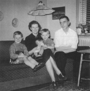Familjen Ekström samlad i vardagsrummet på Ullavigatan 32. Foto: Privat