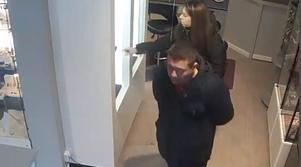 Här ser man när kvinnan stjäl smycken ur skåpet. Foto: Rakel & Leas övervakningsfilm