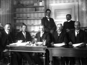 Livsmedelsnämnden i Gäddede vid ett sammanträde 1919. Fotograf troligen Mårten Wassdal.